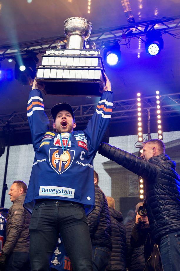 Jukka Peltola nostaa Kanada-maljan ilmaan.