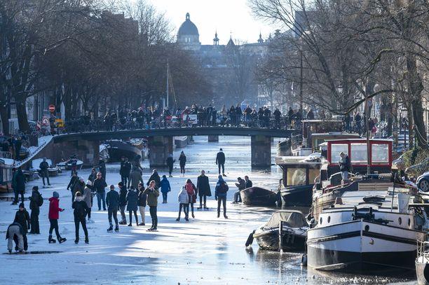 Ihmisiä Prinzengrachtin kanavalla Amsterdamissa.