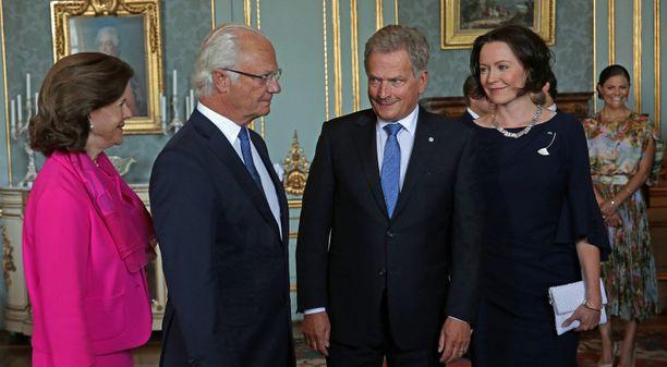 Presidentti Sauli Niinistön mukaan Ruotsi on ollut varsin varovainen Euroopan turvallisuusyhteistyössä. Kuvassa Niinistö ja rouva Jenni Haukio tapasivat kuningasparin elokuussa 2017 Tukholmassa.