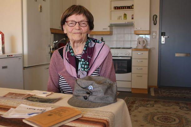 Irja Haapoja tutkii mielellään lotta-ajan muistoja.