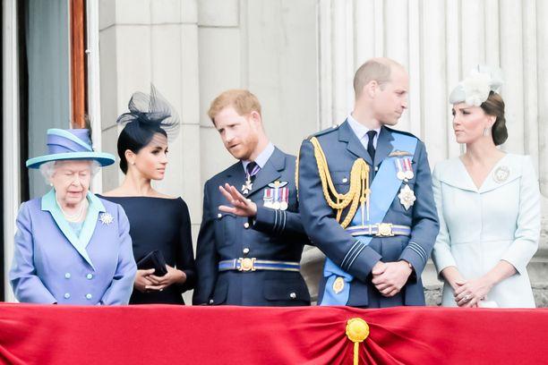 Kuvassa kuningatar Elisabeth, prinssi Harry ja herttuatar Mehgan sekä prinssi William ja herttuatar Catherine poseeraavat vuonna 2018.