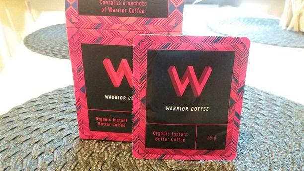 """Voikahvia myydään myös valmiissa annospaketeissa esimerkiksi luontaistuotekaupoissa. Tätä tuotetta mainostetaan """"soturikahviksi""""."""