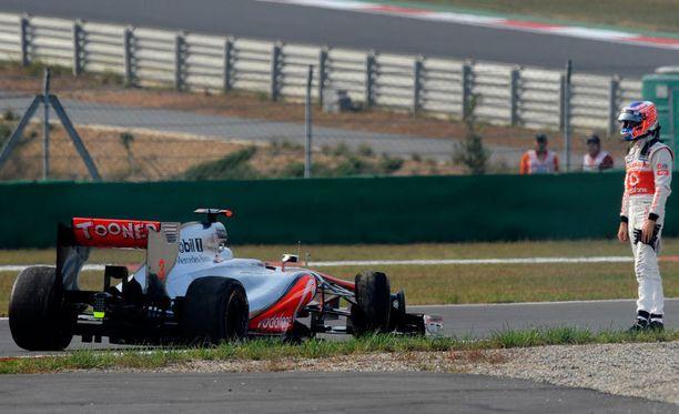 Jenson Button ja radan varteen.
