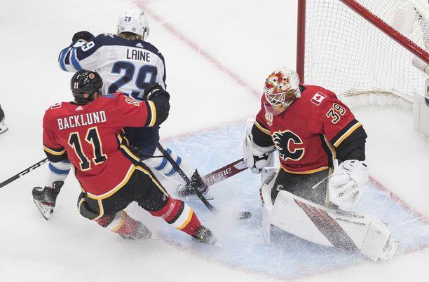 Winnipeg Jetsin Patrik Laine (29) loukkaantui ensimmäisessä ottelussa Calgary Flamesia vastaan.