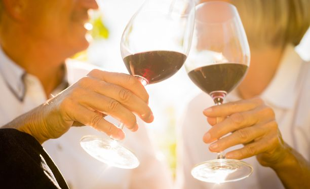 Brittitutkijoiden mukaan kaikki eivät vieläkään miellä alkoholia todelliseksi syöpäriskiksi.