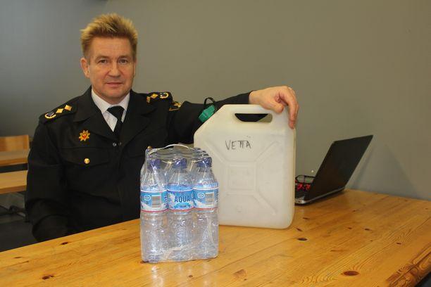 Etelä-Pohjanmaan pelastuslaitoksen pelastusjohtaja Harri Setälä kehottaa hankkimaan kotiin riittävän varustuksen 72 tunnin selviytymiseen.