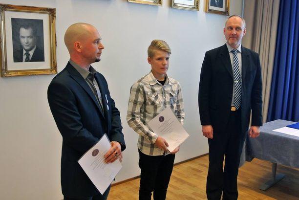 Marko Pukkinen (oik.) ojensi kunniakirjat Teemu Kujalalle ja Eerik Kellokoskelle.