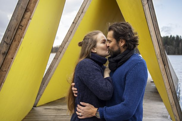 Tuusulanjärvelle rakennettu paviljonki on maalattu sisäpuolelta iloisen keltaiseksi. Arvonnassa voi voittaa romanttisen yön sviitiksi muutetussa paviljongissa.