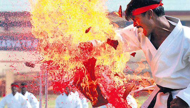 """SIITÄS SAAT! Väinö Linna käyttää Tuntemattomassa sotilaassa useaan otteeseen ilmausta """"tulta munille"""", ja tämä on ilmeisesti saanut Intian turvallisuusjoukot varautumaan siihen, että vihollisella ne todella ovat tulessa. Joukot saavat valmennusta tällaisia vastustajia vastaan takomalla nyrkillä rikki palavia saviruukkuja."""