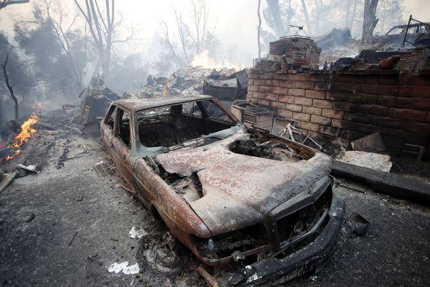 Palot ovat j'ttneet jälkeensä täysin tuhoutuneita ajoneuvoja.