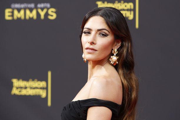 Sarah Shahi ja Adam Demos tapasivat sarjan kuvauksissa.