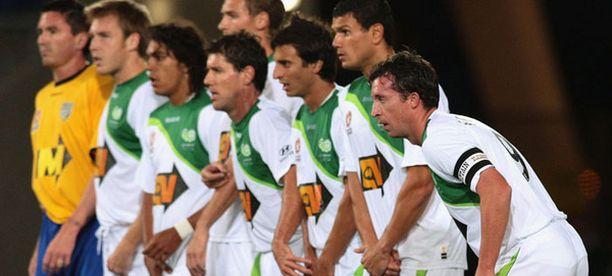Robbie Fowler (oik.) joukkuetovereittensa kanssa ottelussa Gold Coast Unitedia vastaan.