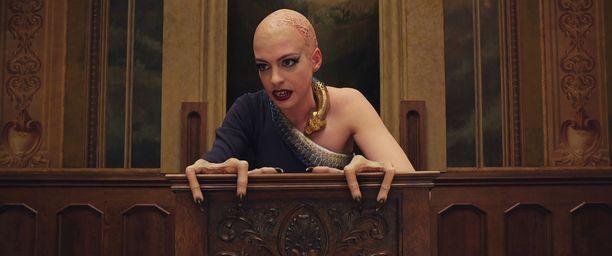 Anne Hathawayn näyttelemän noidan poikkeavista käsistä nousi kohu.