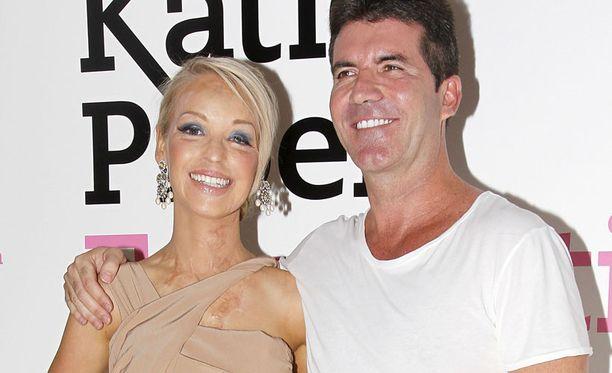 Katie ei antanut Simon Cowellin tarjota hänelle työtä mediassa, mutta pyysi miehen säätiönsä suojelijaksi. Katie ja Simon Katie Piperin säätiön lanseerausjuhlissa.
