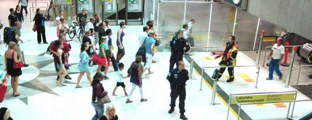SULJETTU Helsingin rautatieaseman metrolaiturilla tapahtunut onnettomuus järkytti matkustajia ja piti likenteen pysähdyksissä melkein tunnin tiistai-iltana.