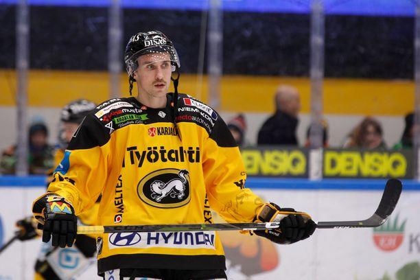 Otto Karvinen ei ole Kärppien kokoonpanossa keskiviikon ottelussa Tapparaa vastaan.
