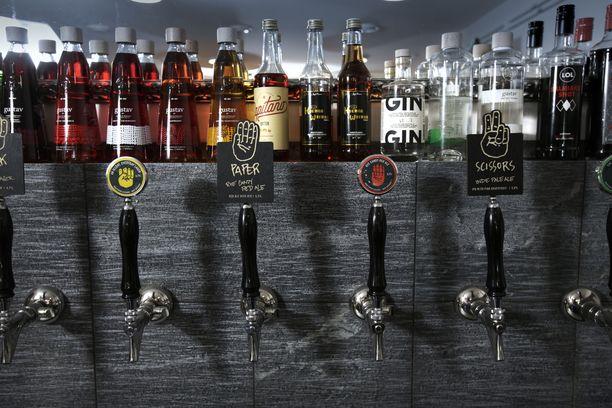 Pienpanimoiden etämyyntioikeus ei ole koronatoimena etenemässä. Kuvassa pienpanimo-oluita Kuopiossa 2017.