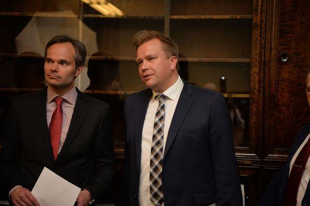 Keskustan eduskuntaryhmän puheenjohtajana jatkava Antti Kaikkonen ja Sipilän hallituksessa sisäministerinä toiminut Kai Mykkänen (kok) saivat uusittua paikkansa eduskunnassa.