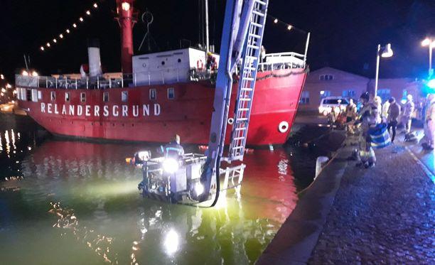 Helsingin pelastuslaitos sai keskiviikon vastaisena yönä hälytystehtävän Helsingin Pohjoisrantaan, kun auto oli ajanut mereen.