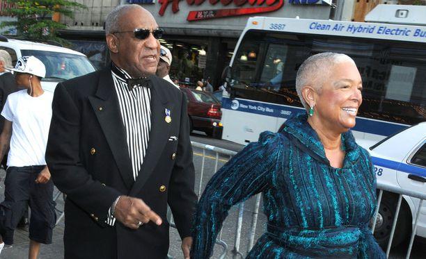 Bill Cosbyn Camille-vaimoa halutaan kuulustella lähentelykiistassa.