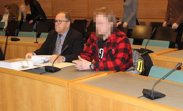 Jyväskyläläistä miestä syytetään pitkään jatkuneesta kiristyksestä. Kuvassa syytetty ja hänen asianajaja Seppo Hytönen.