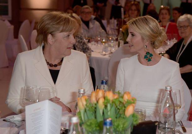 Ivanka Trump on päässyt isänsä avustajana tärkeisiin pöytiin. Vierellä Saksan liittokansleri Angela Merkel.