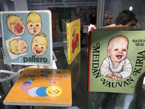 Äitiyspakkauksien lastenkirjoja vuosien varrelta.