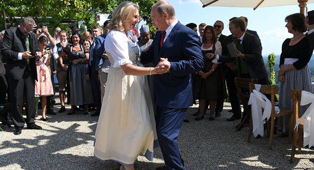 Venäjä presidentti Vladimir Putin vieraili viime vuonna Itävallan ulkoministeri  (FPÖ) häissä ja tanssitti morsianta. Kneissl kehui Putinia parhaaksi tanssijaksi.