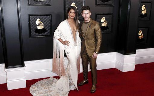 """Laulaja Nick Jonas onnitteli vaimoaan romanttisessa julkaisussa – fanit hullaantuivat täysin: """"Voisin tuijottaa silmiäsi ikuisesti"""""""
