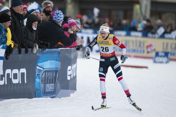 Therese Johaug näytti muille kaapin paikan Rukan maailmancupissa.