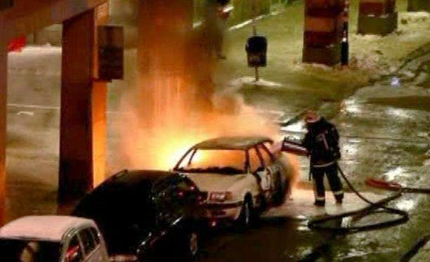 Auto räjähti ja paloi parin sadan metrin päässä siitä, mistä miehen ruumis löydettiin.