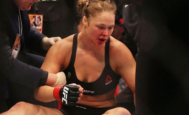 Ronda Rousey koki kovia Holly Holmin käsittelyssä.