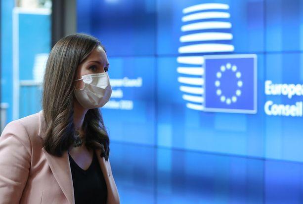 Pääministeri Sanna Marin (sd) selitti Brysselissä toimittajille torstaista avautumistaan Twitterissä.