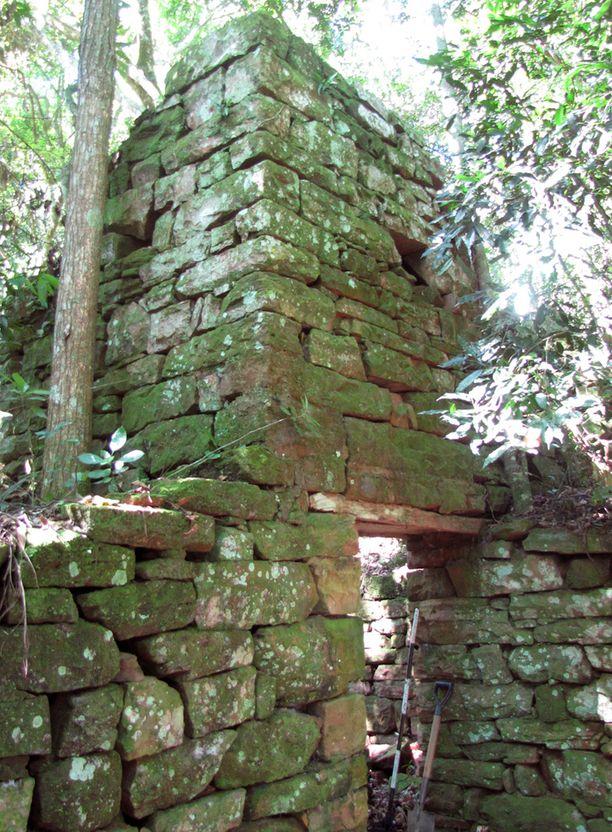 Rauniot sijaitsevat erittäin vaikeakulkuisessa viidakkomaastossa.