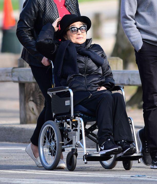 84-vuotias Ono oli pukeutunut kokomustaan ja istui koko kävelyn ajan pyörätuolissa.