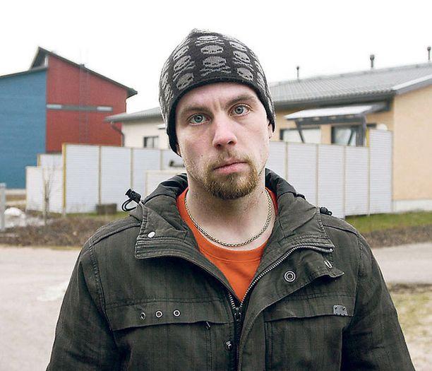 ASUKAS Jarkko Kinnunen muutti perheensä kanssa kentän viereen syyskuussa. – Tieto tuli yllätyksenä.
