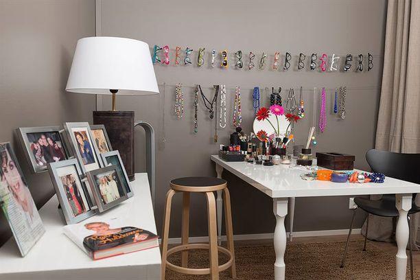 Makuuhuoneesta Raili suunnitteli meikkitaiteilijan työhuoneen, jossa on esillä silmälasikehyksiä, koruja, meikkejä ja valokuvia uran varrelta.