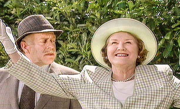 -Lähetämme kutsukortit: Buckéet järjestävät kutsut tänä viikonloppuna Honeysuckle Cottagessa, Hyacinth julistaa Richardille.