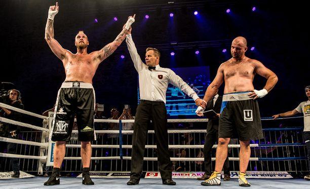Robert Helenius (vas.) voitti Savonlinnassa lauantai-iltana.