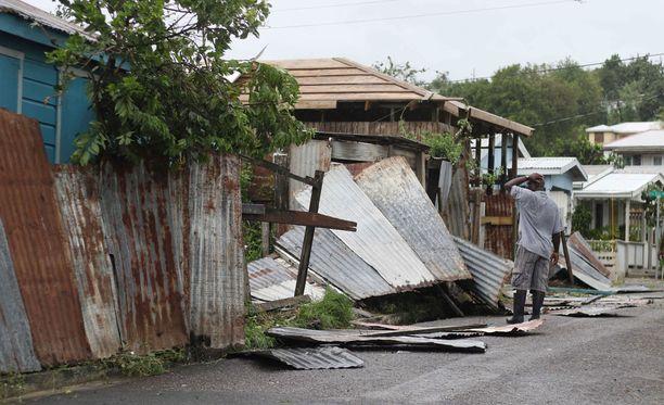 Mies tarkasteli hurrikaanin tuhoamia rakennuksia Antiguan ja Barbudan pääkaupungissa St. John'sissa.