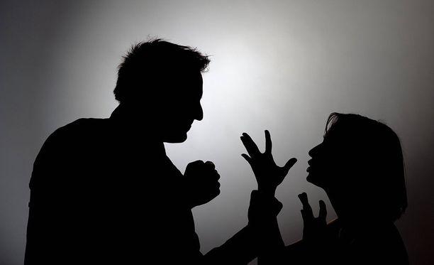 Suomessa naisia ei pystytä suojelemaan väkivallalta tai sen uhkalta riittävän hyvin, sanoo oikeusvertailun ja yleisen oikeustieteen emeritaprofessori Kevät Nousiainen Turun yliopistosta. Kuvituskuva.