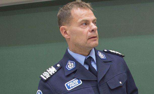 Keskusrikospoliisin päällikköä Robin Lardotia syytetään virkavelvollisuuden rikkomisesta.