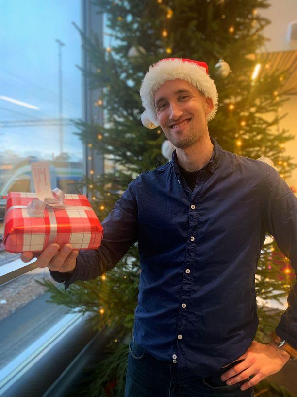 Fressillä personal trainerina työskentelevä Tomi Soikkeli joutui perumaan ohjaukset viikon ajalta. Hän nimittäin lähtee 15. joulukuuta viikoksi joulupukin tehtäviin Kiinaan.