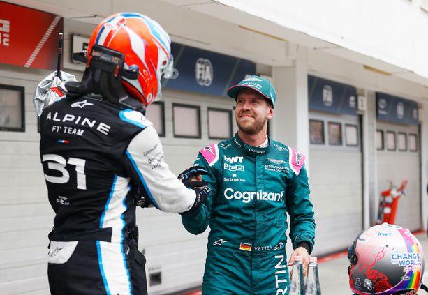 Sebastian Vettel (oik.) onnitteli Unkarin GP:n voittajaa Esteban Oconia kisan jälkeen.