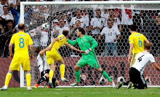 Shkodran Mustafi puski Saksan 1-0-johtoon.