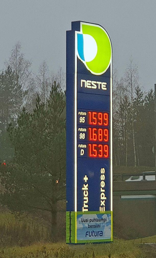 Viime marraskuussa dieselin hinta kohosi ja bensan rinnalle. Kuva Tuusulasta.