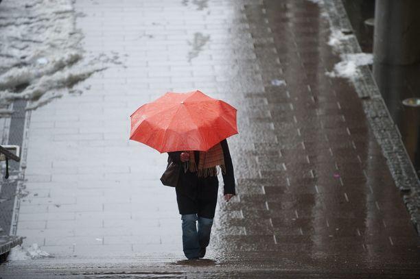 Pääkaupunkiseudulla saadaan ensi viikon alussa varautua kaivamaan esiin sateenvarjot, kun taas Keski- ja Pohjois-Suomessa matalapaineen tuomat sateet tulevat lumena. Arkistokuva.