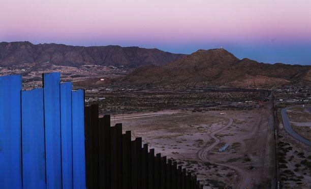 Nykyistä raja-aitaa Meksikon Ciadad Juarezista kuvattuna.