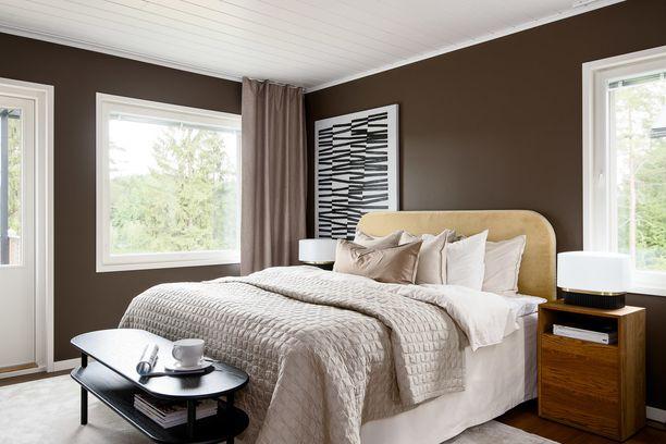 Suklaanruskea seinä sopii täydellisesti makuuhuoneeseen. Sen kaveriksi kannattaa valita vaaleita sävyjä, jotta kokonaisuus pysyy raikkaana.