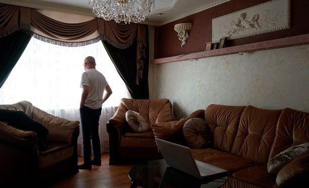 Kymmenen vuotta Ukrainassa asunut suomalaismies ei halua perheensä turvallisuuden vuoksi esiintyä omalla nimellään tai kasvoillaan.